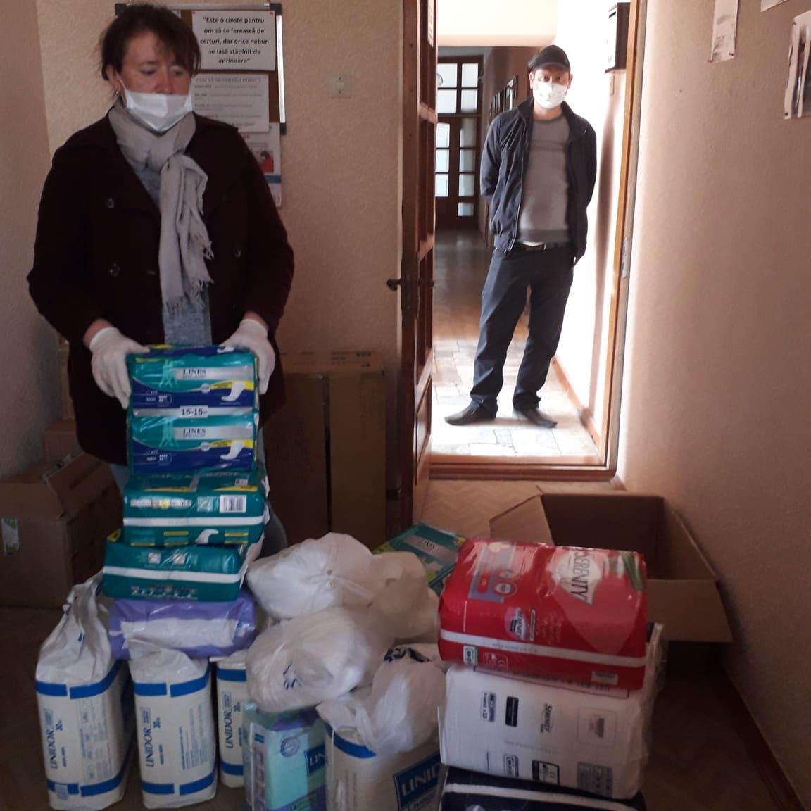 foto-donazione-pannoloni-aprile-2020-Casa-di-riposo-tanatari